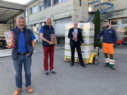 De g. à droite : Rot. Pierre Bovet, organisateur de l'action, Rot. Daniel Gasser, président du Club, Stephan Hänsenberger, directeur ai de l'HIB et Alexandre Duc, chauffeur de l'entreprise Catellani SA