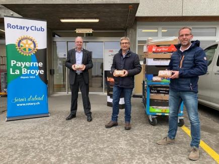 La livraison des biscômes du vendredi 4 décembre. De g à dr. MM. Stephan Hänsenberger, président de l'HIB, Jacques Besson, président du Club et Raphaël Ratti, chef des programmes.